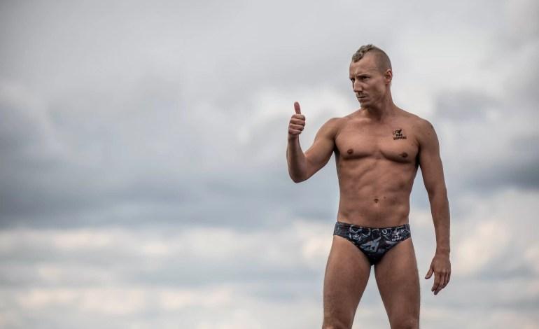 Kris Kolanus z Polski daje kciuk do góry przed nurkowaniem z 27-metrowej platformy na dachu Opery podczas finałowego dnia piątego przystanku na Red Bull Cliff Diving World Series w Kopenhadze w Danii 25 sierpnia 2018 roku.