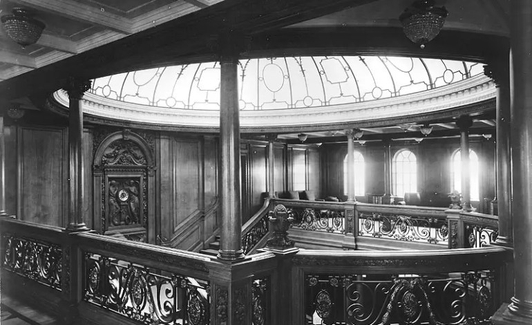 Photograph_of_Olympic's_Grand_Staircase_with_the_crystal_dome_and_the_clock._Photograph_taken_at_the_boat_deck_level