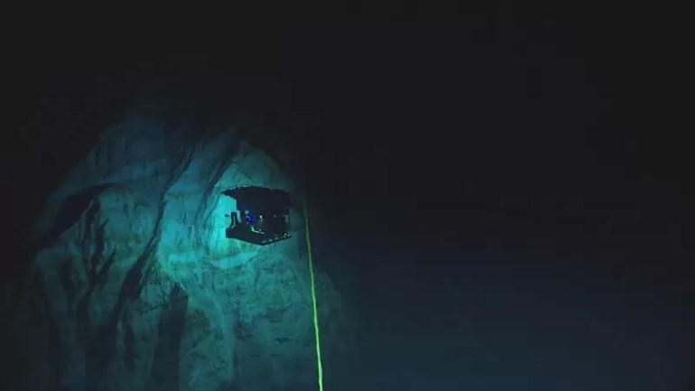 Widok z ROVa Deep Discoverer eksplorującego ściany rówu Mariańskiego na głębokości 6000 metrów.fot . NOAA Office of Ocean Exploration e1541587032273