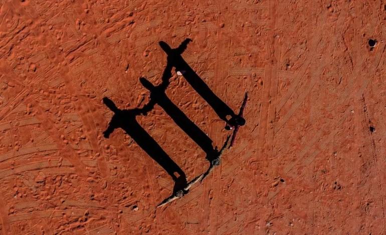 Trzy postacie na pustyni Jordan w pobliżu Wadi Rum fot.: Dronestagram / kolibik-foto