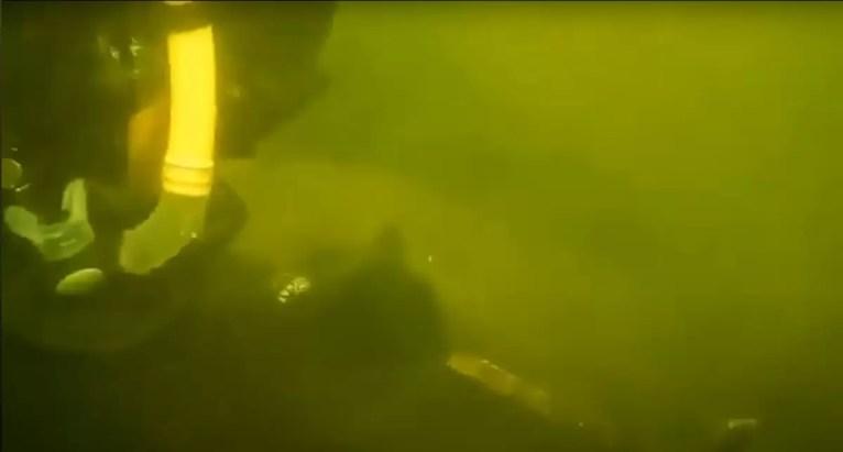 Podwodne poszukiwania wraku Wydobyty element samolotu Boston A20 - Douglas A-20 Havoc