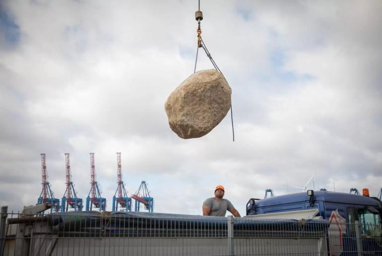 Głaz jest ładowany na statek Greenpeace, Esperanza, w dokach w Hamburgu w Niemczech. Głazy zostały umieszczone w Morzu Północnym jako część nowej strefy wyłączonej z trawlerów dennych w Dogger Bank Marine Protected Area. Suzanne Plunkett