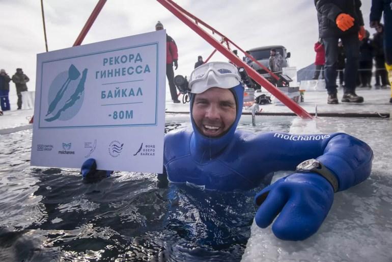 Freediving pod lodem. Rekordowe nurkowanie na jednym oddechu Aleksieja Mołczanowa