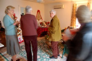 Betsy Agelasto (left) chats with people touring the guest cottage at the Simpson home.