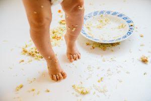 Pies sucios bebé después de comer
