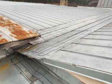 ohrev úžľabia strechy - montáž