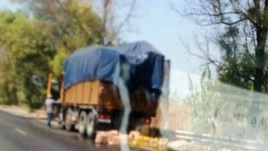 زحمة على اوتوستراد شكا بسبب انقلاب شاحنة محملة بالزيت