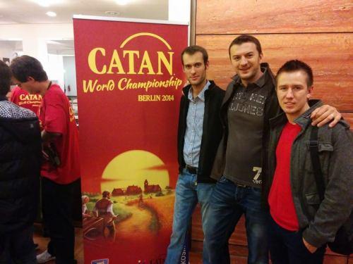 Nicusor Nechifor Adrian Cirstea Adrian Adascalitei la Campionatul Mondial Colonistii din Catan 2014