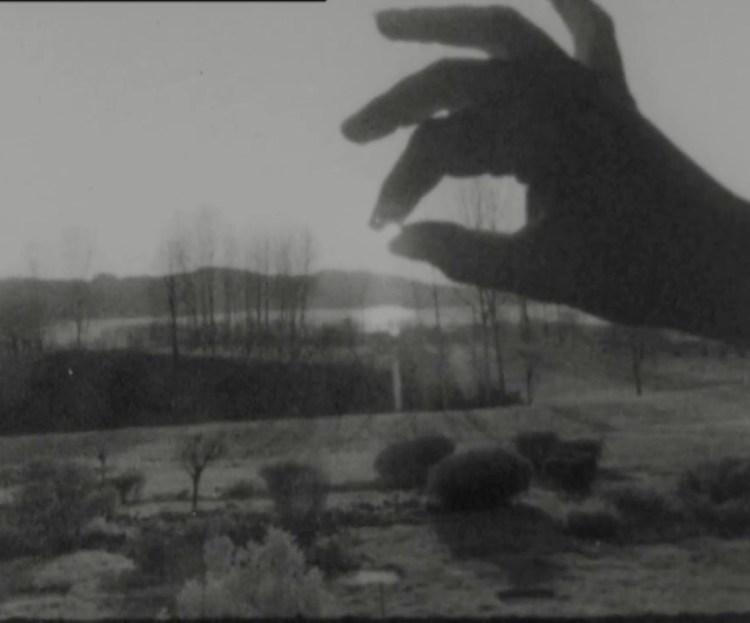 """Marinella Pirelli, """"Appropriazione, a propria azione, azione propria – Sole in mano"""", 1973, film, 16 mm (trasferito in digitale), still da video. Courtesy Archivio Marinella Pirelli."""