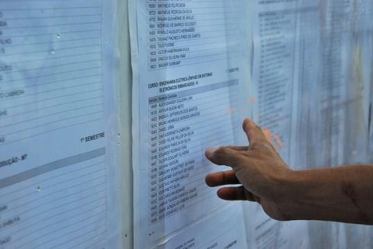 Os calouros da UFPR devem ficar atentos ao calendário de matrículas. A matrícula candidatos aprovados, tanto para o primeiro quanto para o segundo semestre, será realizado entre os dias 19 e 23 de janeiro. Os calouros devem estar presentes no horário estipulado para o seu curso. Se o registro não for efetivado, o candidato perde o direito à vaga. As informações dos locais e horários estão disponíveis no www.nc.ufpr.br/  Os candidatos que ainda não conquistaram a sua vaga devem acompanhar o calendário de chamadas públicas. O núcleo de concursos convocará os candidatos para as chamadas complementares. O procedimento é o mesmo adotado no ano passado: em cada chamada, o núcleo convocará uma quantidade de candidatos três vezes maior do que o número de vagas remanescentes em cada curso.