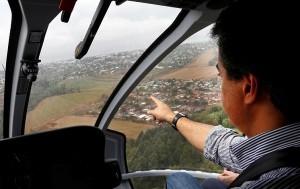 O governador Beto Richa sobrevoa a área atingida pelas chuvas em Corbélia, oeste do Paraná.Corbélia, 22-09-13.Foto: Arnaldo Alvs / ANPr.