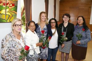 Secretária da Família e Desenvolvimento Social, Fernanda Richa, recebe homenagem no 1º Encontro do Núcleo Regional de Educação - Foto: Rogério Machado/SECS