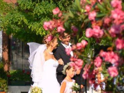 atuendo de los invitados de una boda