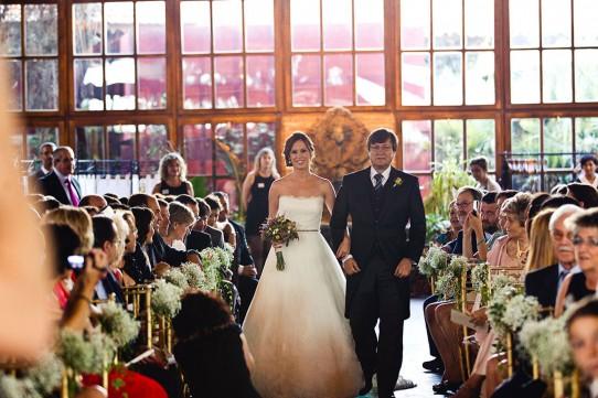 novia entrando en ceremonia en casa de las hiedras www.bodasdecuento.com