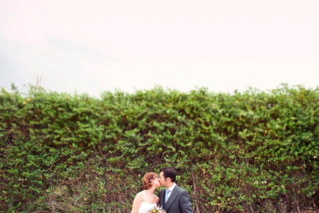 novios besándose www.bodasdecuento.com