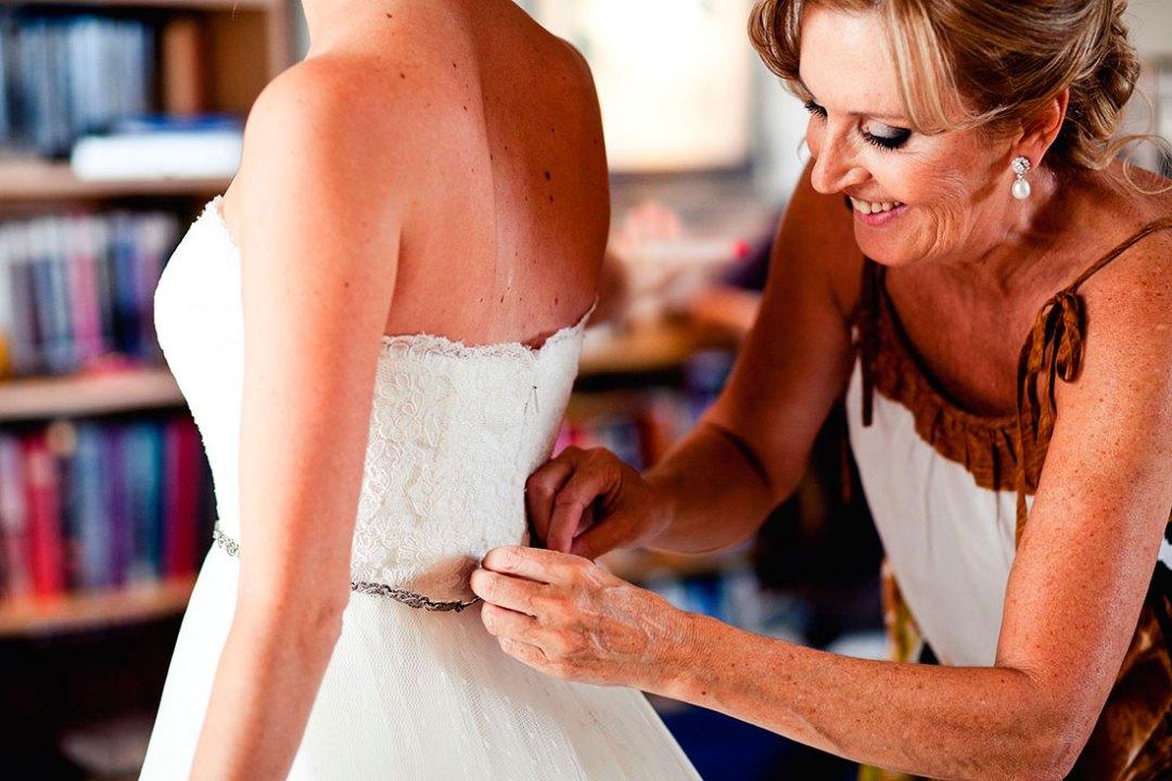 madre vistiendo a la novia www.bodasdecuento.com