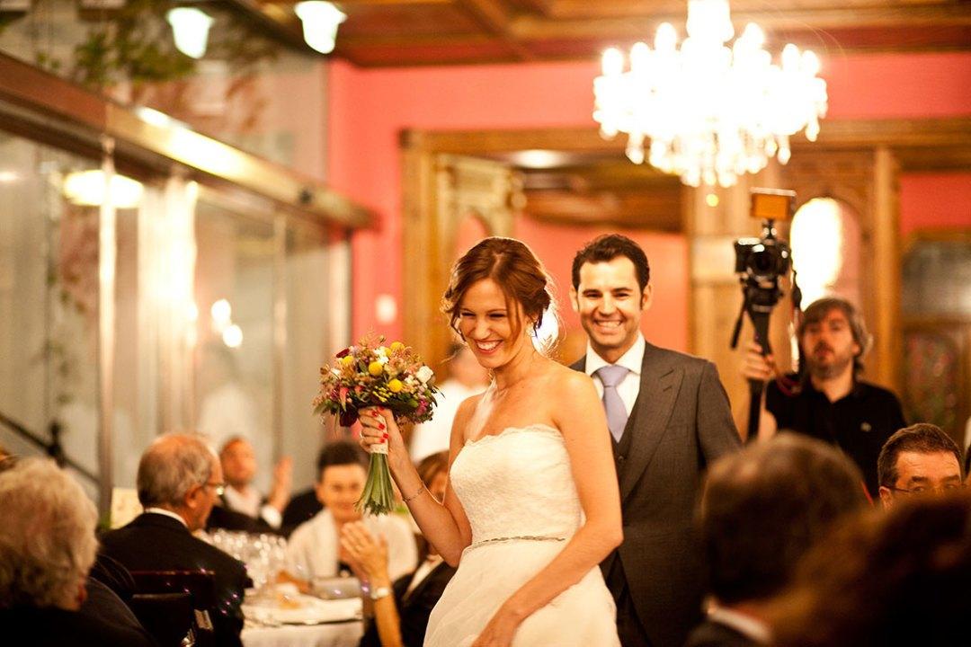 entrega de ramo boda casa de las hiedras www.bodasdecuento.com