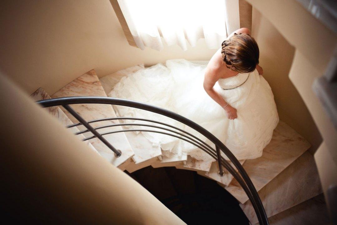 novia bajando escaleras vestida www.bodasdecuento.com