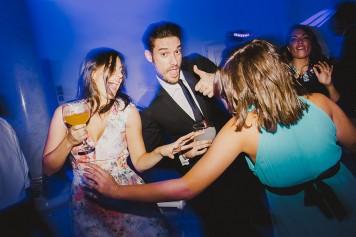 invitados divirtiéndose en boda www.bodasdecuento.com