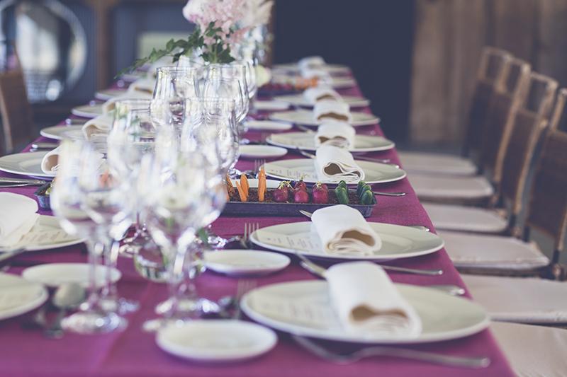 mesa banquete mantel burdeos www.bodasdecuento.com
