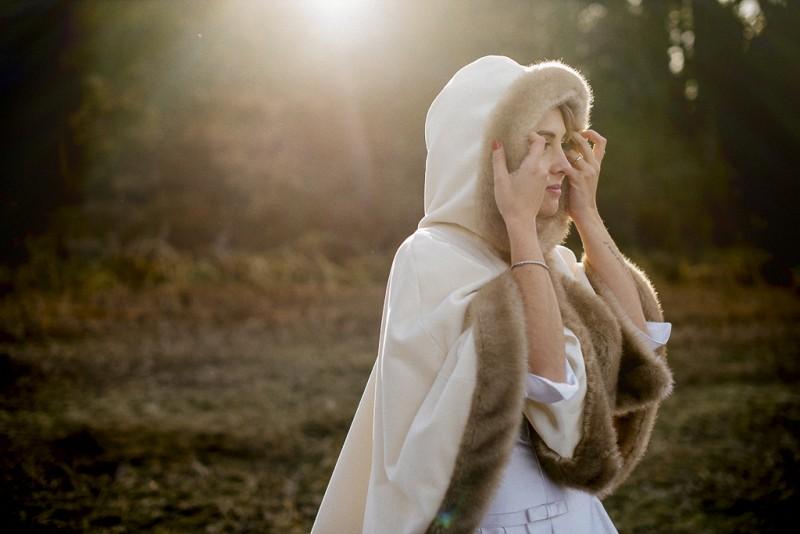 novia de invierno con capa www.bodasdecuento.com