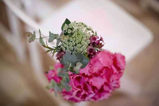 detalle flor silla ceremonia www.bodasdecuento.com