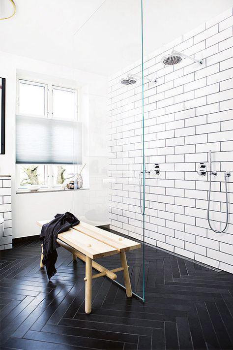 5 salles de bain avec un sol noir