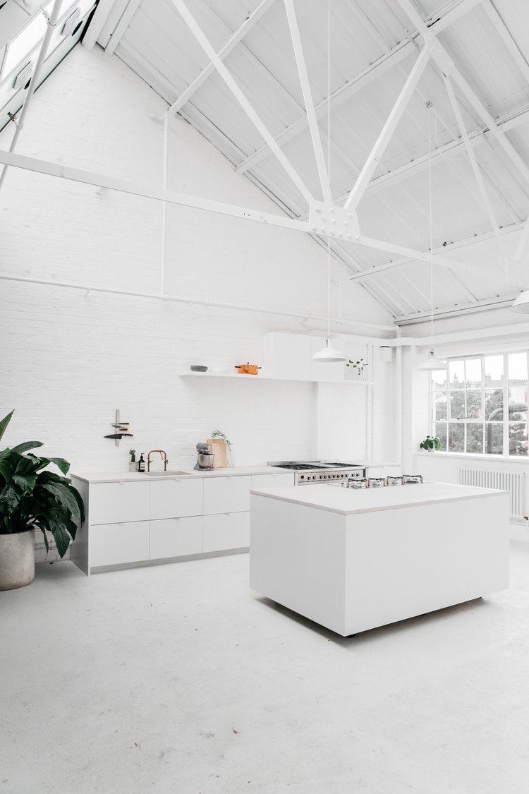 witte keuken betonnen plantenbak