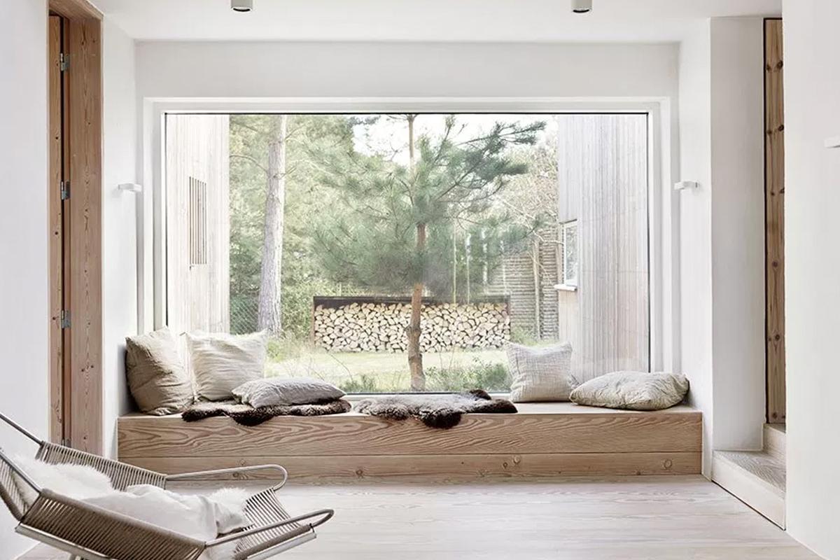 Du bois naturel & du blanc: une maison dans la campagne suédoise