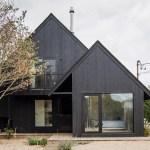 Une maison de surf en noir à Montauk