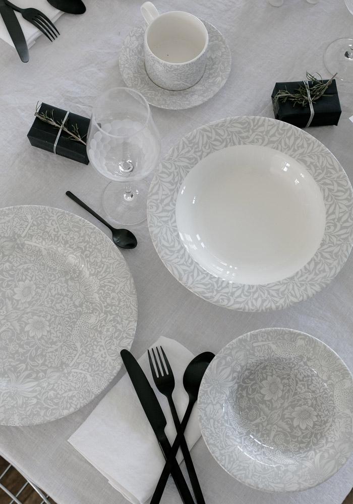 Une table de Noël dans des tons gris & blanc