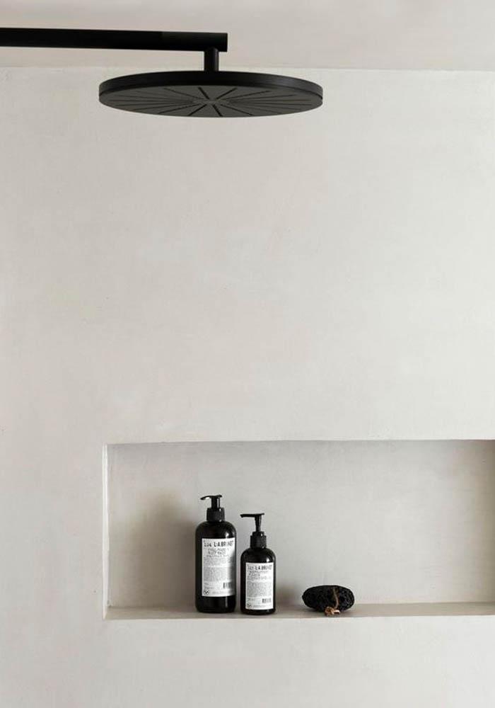 Une salle de bain minimaliste aux tons blanc cassé