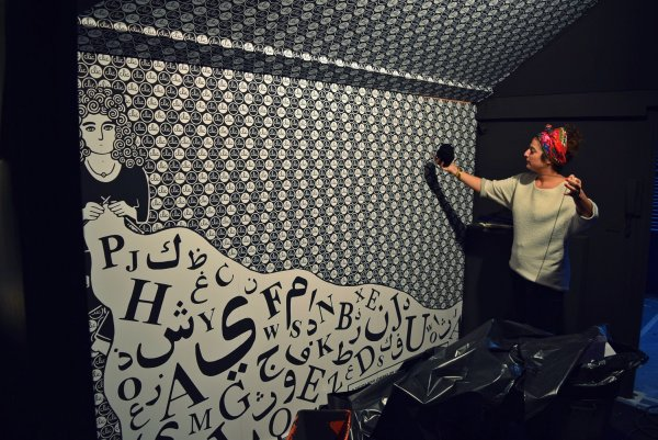 Zeina Abirached dans une salle de son exposition