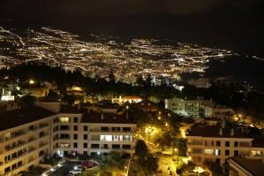 Blick vom Balkon auf Funchal bei Nacht