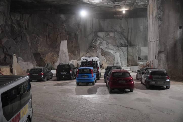 Parkplatz im unterirdischen Marmorsteinbruch