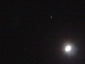 La differenza di luminosità della Luna illuminata e della sua parte in ombra. Il nostro occhio è molto, molto più bravo di una macchina fotografica a gestire questa differenza.