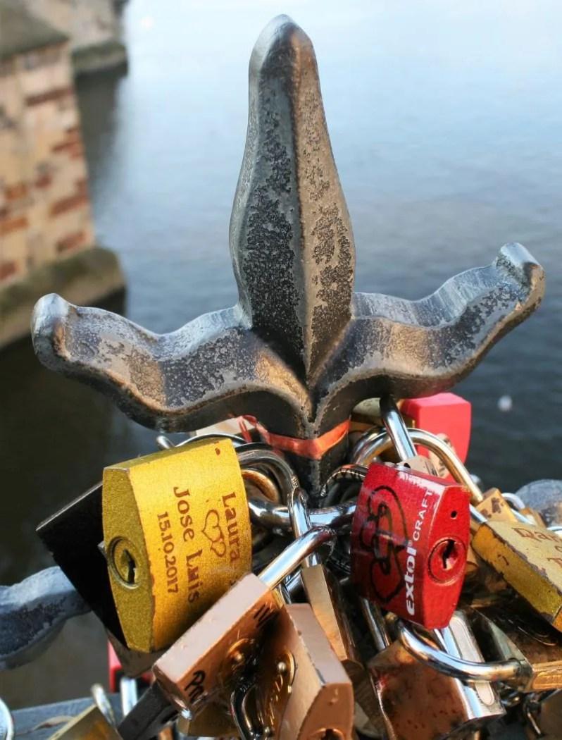 Liefdessloten op de Karelsbrug in Praag