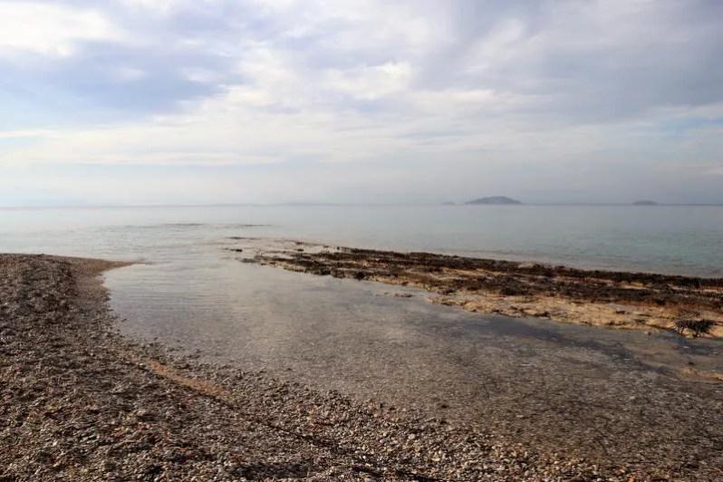Het strand van Agistri in Griekenland
