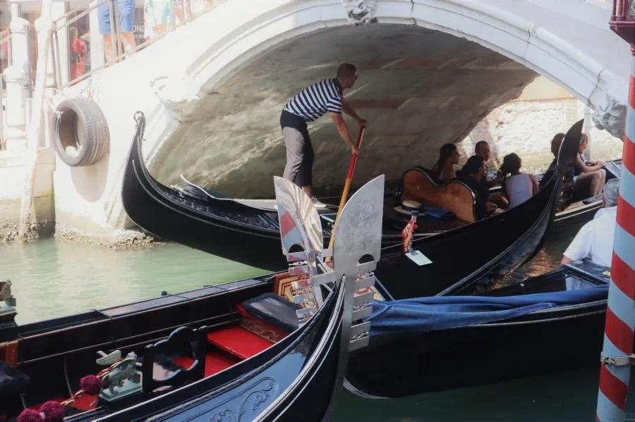 Drukke gondels in Venetië