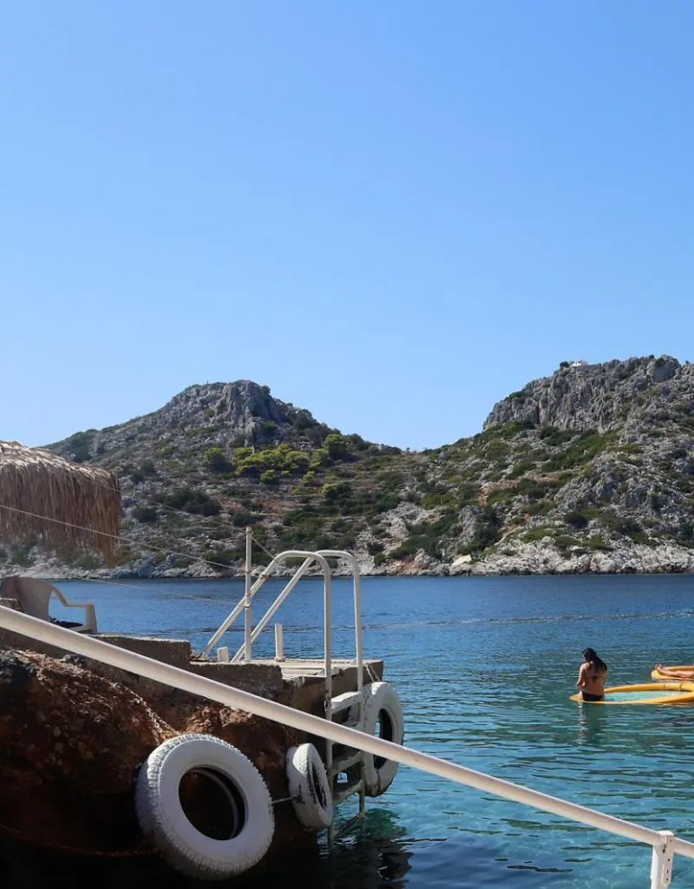 Het strand Aponisos op Agistri in Griekenland