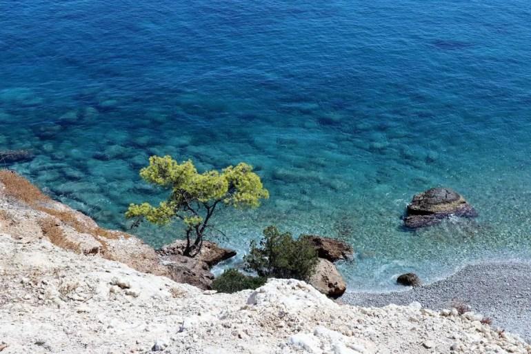 Het strand Skliri op Agistri in Griekenland