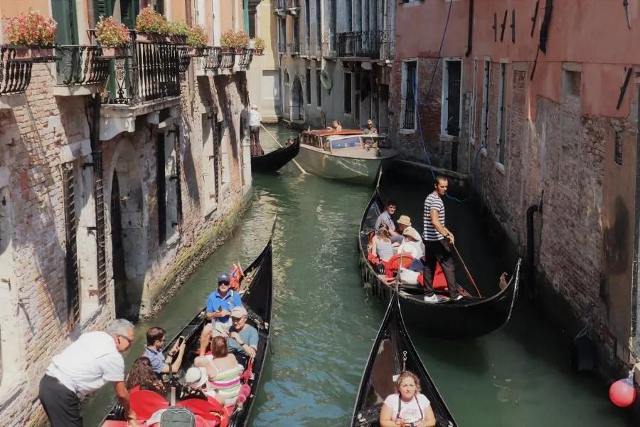 Met de gondel varen in Venetië