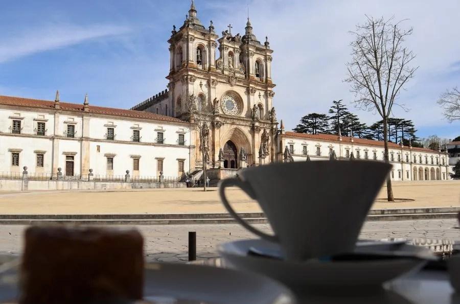 Uitzicht vanaf Pastelaria Alcôa op Mosteiro de Alcobaça in Portugal