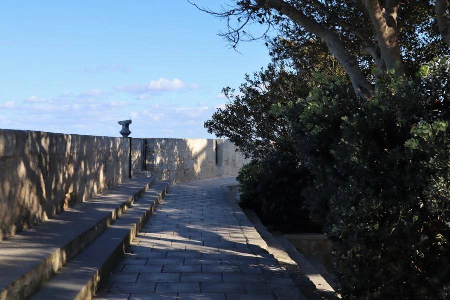 De oude stadsmuur van Mdina