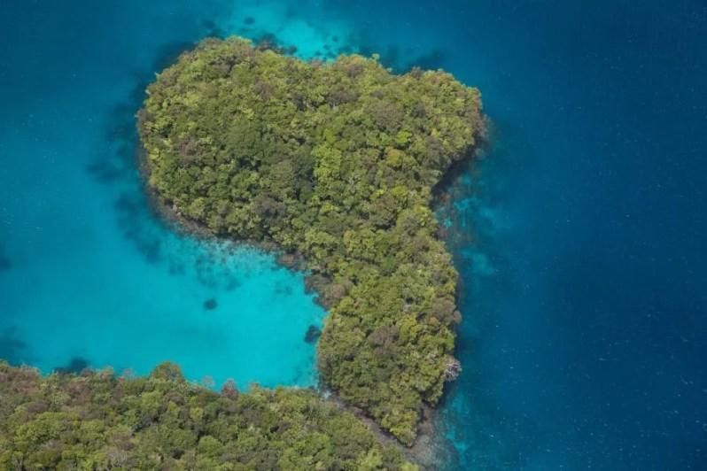 Het verdwijnende Long Beach op het eiland Koror, Palau