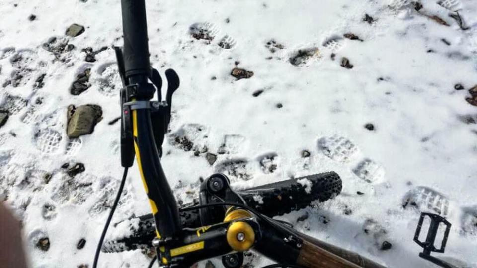 test roweru z bambusa rower z bambusa na śniegu
