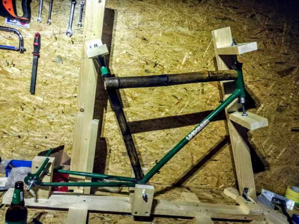 Montaż bambusowych tyczek przymiarki rury poziomej