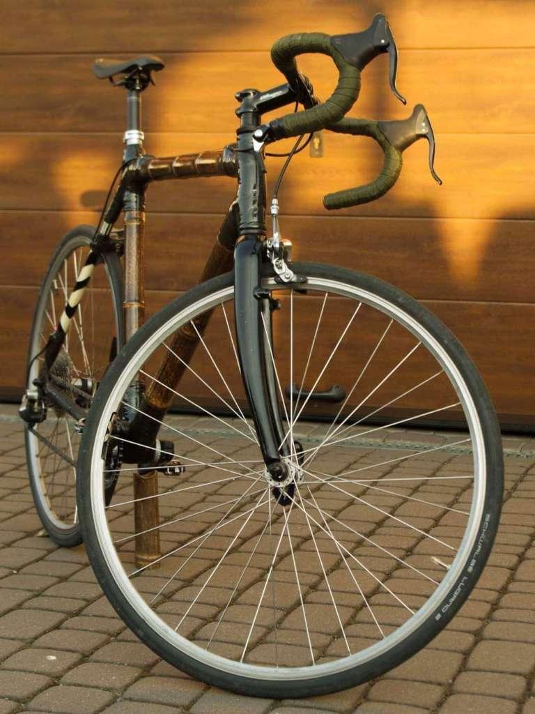 Bambusowy rower Marcina z przodu