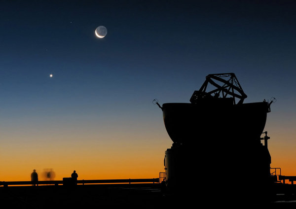 Sunset_view_at_Paranal_with_Moon,_Venus_and_an_AT.jpg
