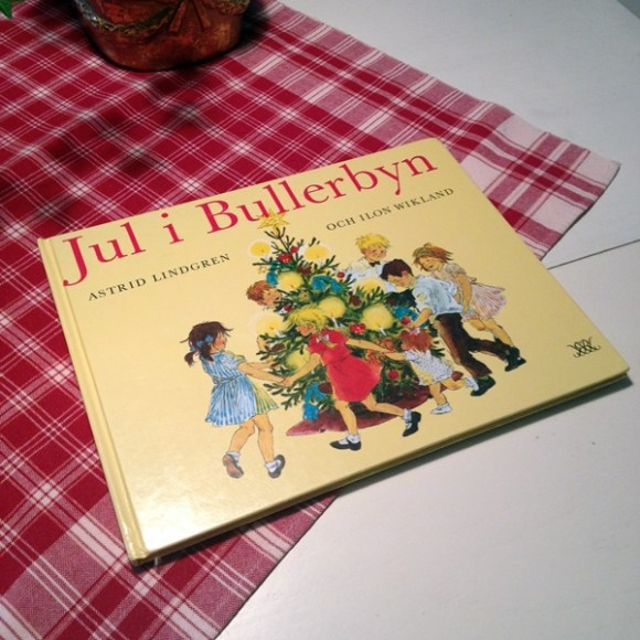 Jul i Bullerbyn av Astrid Lindgren och Ilon Wikland